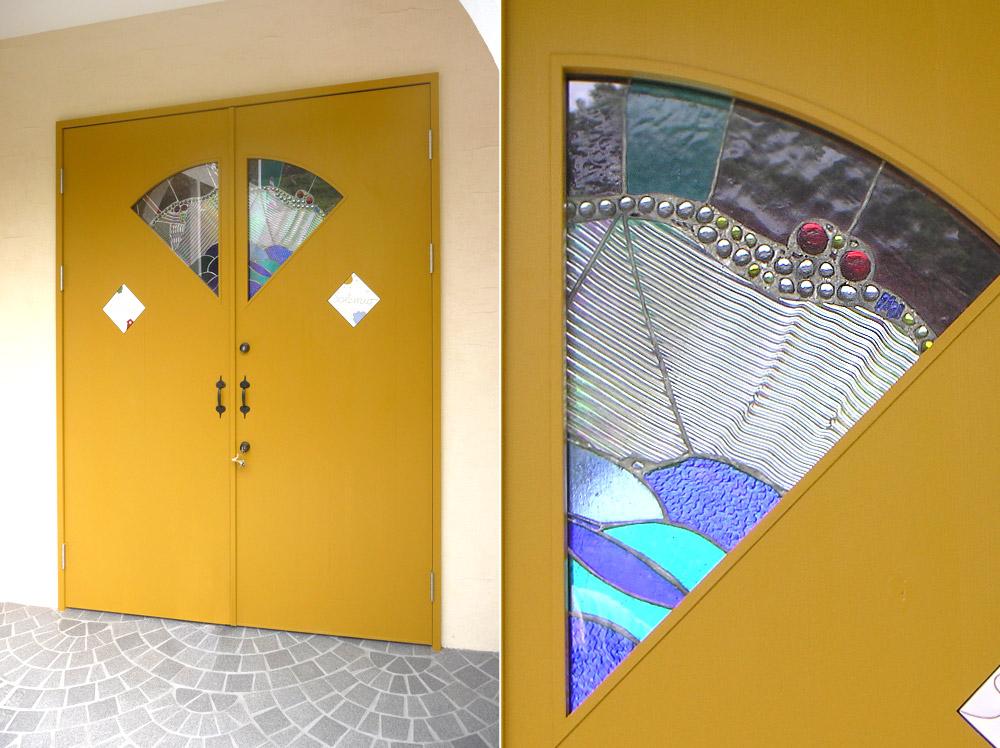 京都府宮津市・39号地モデルハウス玄関ドアとステンドグラス