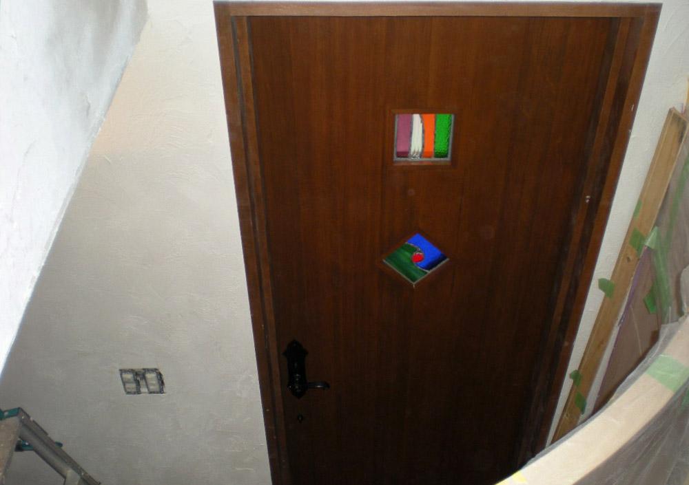 ステンドガラスの入った玄関ドア