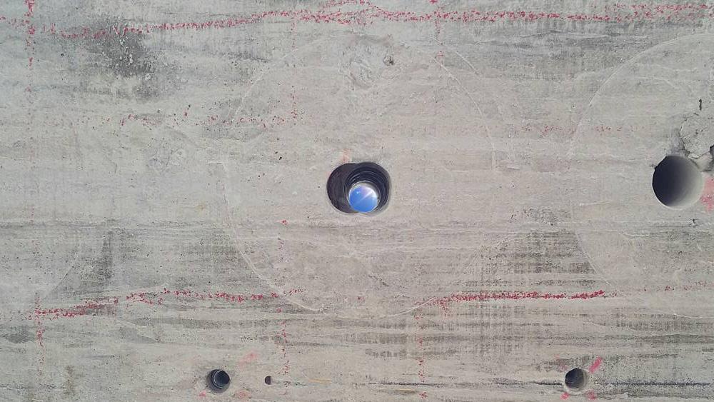 貫通した穴から見える空